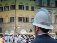 Италия. Флоренция. Policeman looking at the Crowd in Florence, Italy. Фото Giovanni Gagliardi - Depositphotos