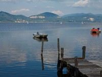 Италия. Лукка. Wooden pier and boats on Lake Massaciuccoli. Lucca Tuscany, Italy. Фото Federico Pieri - Depositphotos