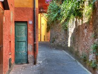Италия. Портофино. Narrow street among house and wall in Portofino. Фото Rostislav Glinsky - Depositphotos
