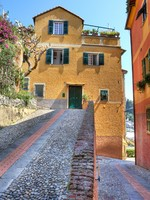 Италия. Портофино. Paved street and multicolored houses in Portofino, Italy. Фото Rostislav Glinsky - Depositphotos