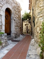 Франция. Эз. Street of old Eze village, south of France, and old brown door made of wood. Фото Elena Duvernay - Depositphotos