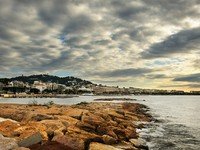 Франция. Лазурный Берег. Канны. The city of Cannes in the French Riviera, during a cloudy morning. Фото Andreas Karelias - Depositphotos
