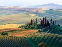 Италия. Тоскана. Rolling Tuscan hills and a farmhouse in Val d'Orcia. Фото Manuela Szymaniak -  Depositphotos