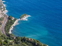 Франция. Ривьера. French Riviera with windy road. Фото Roman Tsubin - Depositphotos