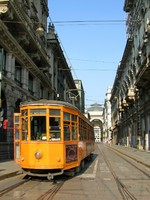 Италия. Милан. Orange tram in Milano. Фото  Olena Buyskykh - Depositphotos
