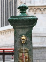 Италия. Милан. Old street water tap near Milan cathedral. Фото Alexey Shcherbatov - Depositphotos