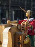 Италия. Милан. Milan (Lombardy, Italy), wooden music box with Pinocchio. Фото Claudio Giovanni Colombo - Depositphotos