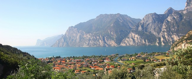 Италия. Озеро Гарда. Panoramic view to riva del garda and garda lake, italy. Фото Susa Zoom - Depositphotos