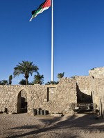 Иордания. Акаба. Aqaba Fort with flagpole in Aqaba - South Jordan. Фото Jan Willem Van Hofwegen - Depositphotos