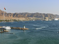 Иордания. Акаба. JPort of Aqaba and highlands beyond. Фото Pierre BRUMDER - Depositphotos