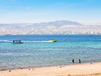 Иордания. Акаба. Municipal Aqaba beach and view on Eilat town. Фото Valery Voennyy - Depositphotos