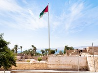 Иордания. Акаба. The Aqaba Flagpole under ruins of medieval Mamluks fort. Фото  Valery Voennyy - Depositphotos