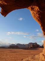 Иордания. Пустыня Вади Рам. Through a hole in the rock, Wadi Rum. Фото Marco Tomasini - Depositphotos