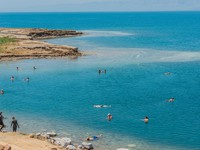 Иордания. Мертвое море. People swimming bathing in dead sea jordan. Фото STYLEPICS - Depositphotos