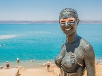 Иордания. Мертвое море. Dead sea mud body care treatment jordan. Фото STYLEPICS - Depositphotos