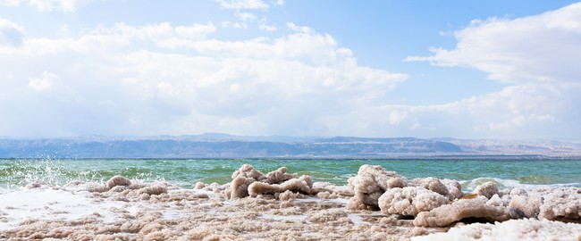 Иордания. Мертвое море. Crystalline salt on beach of Dead Sea, Jordan. Фото Depositphotos