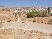 Иордания. Джераш. Panoramic view of Oval Plaza at Jerash ruins (Jordan). Фото Natividad Castillo Gonzalez - Depositphotos