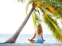 Мальдивы. Yoga woman under palm. Фото Иван Михайлов - Depositphotos