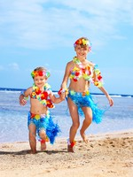Мальдивы. Children playing on beach. Фото Gennadiy Poznyakov - Depositphotos
