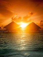 Мальдивы. Sunset on Maldives island, water villas resort. Фото fotomaximum - Depositphotos