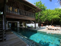 Мальдивы. Soneva Fushi. Pool and the front view of Retreat at sunrise side