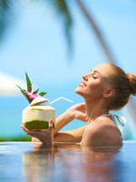Мальдивы. Woman relaxing in pool with a cocktail. Фото  Daniel Sroga - Depositphotos