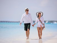 Мальдивы. Maldives. Happy young couple have fun on beach. Фото benis arapovic - Depositphotos