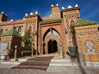 Марокко. Марракеш. Close to Marrakesh, beautiful riad with mosaic and wood massive door. Фото piccaya - Depositphotos
