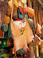Марокко. Марракеш. Медина. Bags, purses, hats and other products of the Moroccan leather factories. Фото seqoya - Depositphotos