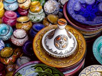 Марокко. Марракеш. Медина. Decorated tagine and traditional morocco souvenirs in medina souk. Фото Elena Moiseeva - Depositphotos