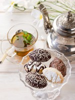 Марокко. Марракеш. Медина. Variety of biscuit over bowl and tea. Фото marcomayer - Depositphotos