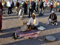 Марокко. Марракеш. Джемма эль Фна. Snake charmer at Djemaa el Fna square in Marrakech. Фото Philip Lange - Depositphotos
