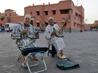 Марокко. Марракеш. Джемма эль Фна. Musicians in Jemaa el Fna Square at sunset, Marrakesh, Morocco. Фото  _fla - Depositphotos