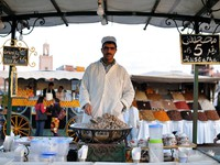 Марокко. Марракеш. Джемма эль Фна. Cooked Snails for sale at Djemaa El Fna Square in Marrakesh. Фото Philip Lange - Depositphotos