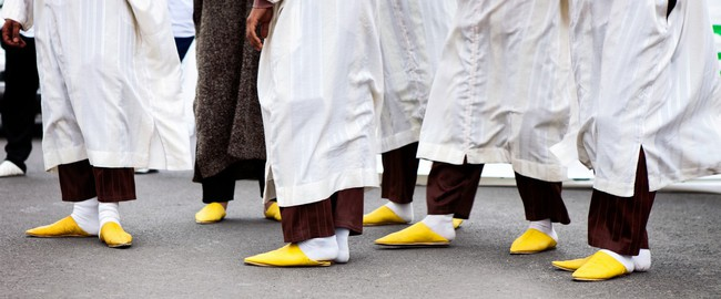 Марокко. Марракеш. Джемма эль Фна. Yellow arabic shoes Moroccan, Marrakesh. Фото Igor Mojzes - Depositphotos