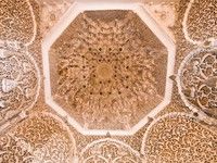 Марокко. Марракеш. Дворец Бахия. Rich decorated ceiling in a morocco palace, Marrakesh. Фото Stephane Bidouze - Depositphotos