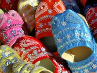 Марокко. Касабланка. Handmade Moroccan shoes. Фото Robert paul Van beets - Depositphotos