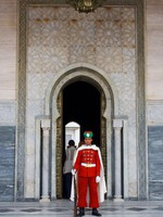 Марокко. Рабат. Мавзолей Мухаммеда V. Guard in front of the Mausoleum of Mohamed V in Rabat. Фото Sacha Ferrarelli - Depositphotos