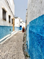 Марокко. Рабат. Veiled woman walking in a street of Rabat. Фото luisapuccini - Depositphotos