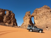 Марокко. Car in the desert. Фото Dmitry Saparov - Depositphotos