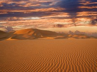Марокко. Пустыня Сахара. Warm morning light over never ending sand dunes in Morocco. Фото  Denis Burdin - Depositphotos