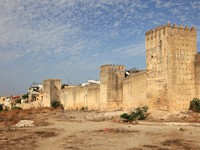 Марокко. Фес. Fortified wall over the old town of Fes, Morocco, North Africa. Фото Philip Lange - Depositphotos