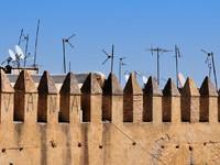 Марокко. Фес. Part of old city wall and antennas in Fes, Morocco. Фото _fla Depositphotos