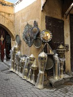 Марокко. Фес. Oriental lamps and brassware for sale at the medina in Fes. Фото Pierre BRUMDER - Depositphotos