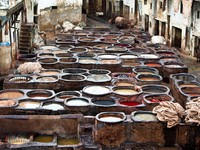 Марокко. Фес. The Moroccan leather factories, ancient craft in Medina of Fes. Фото Larysa Kryvoshapka - Depositphotos
