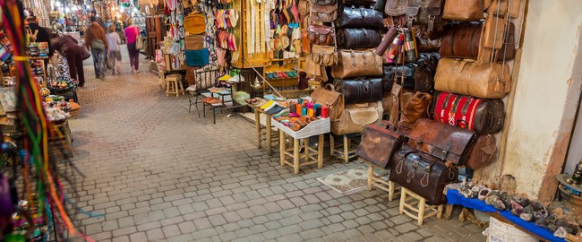 Марокко. Фес. Wide angle view of Fes medina with many shoppings. Фото Francisco De Casa Gonzalez - Depositphotos