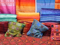 Марокко. Фес. Colorful fabrics for sale in Fes, Morocco. Фото Philip Lange - Depositphotos