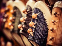 Марокко. Фес. Colorful moroccan babouche shoe slippers in a shelf. Фото Mariusz Prusaczyk - Depositphotos