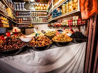 Марокко. Фес. Colored Olives from Moroccan Market. Фото Mariusz Prusaczyk - Depositphotos