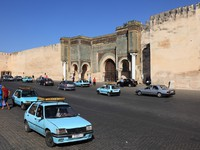 Taxis at the Bab El-Mansour gate in Meknes, Morocco. Фото Philip Lange - Depositphotos